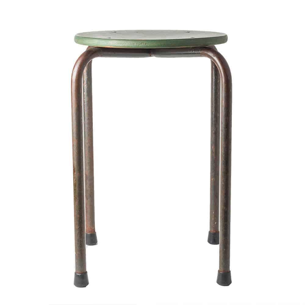 Homeseeds vintage schoolkruk | De zitting van dit hippe krukje is afgewerkt met matte groene lak en de poten hebben look van verweerd staal | www.homeseeds.nl #vintage #industrieel #wonen
