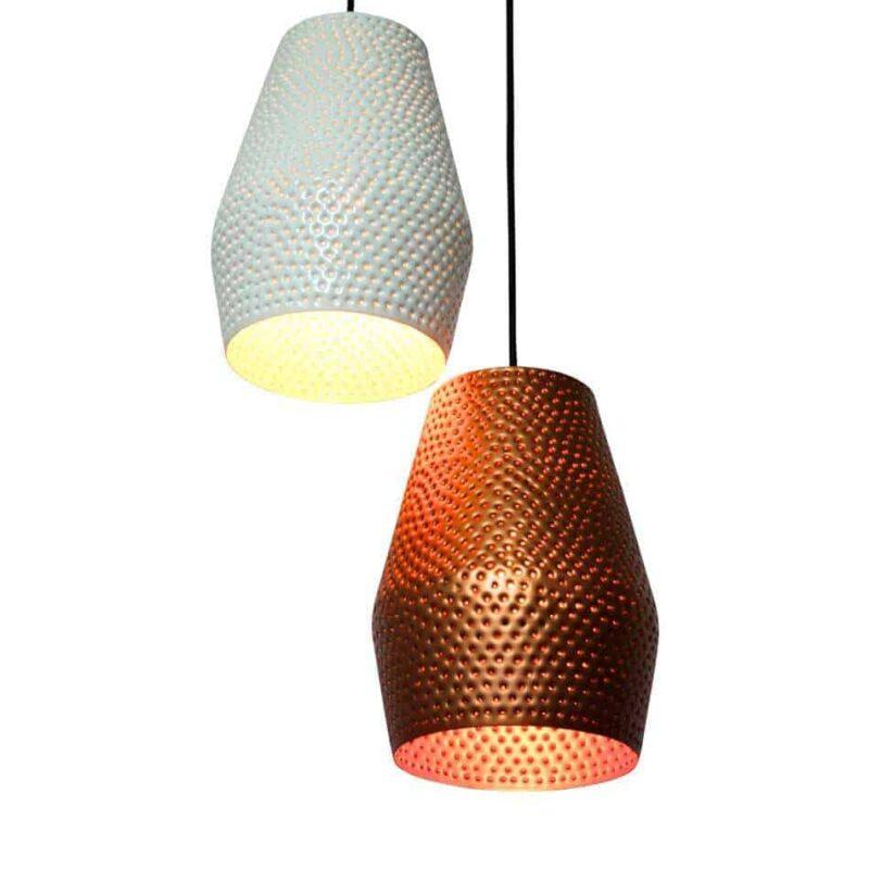 Hippe hanglamp die met de hand is voorzien van spijkergaten, dit creëert een sfeervol en speels licht | www.homeseeds.nl