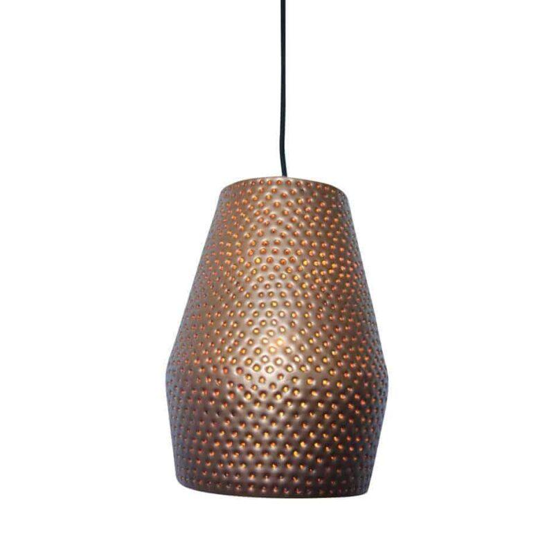 De Hanglamp Spike van Urban Interiors is een hippe hanglamp die met de hand is voorzien van spijkergaten, dit creëert een sfeervol en speels licht | www.homeseeds.nl