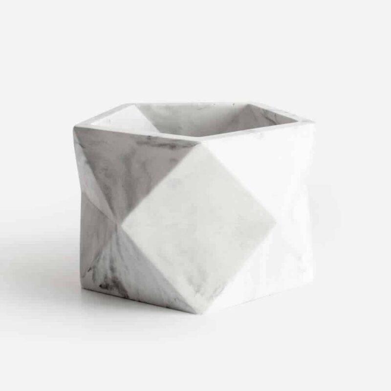 Grote geometrische bloempot van beton in marmer look