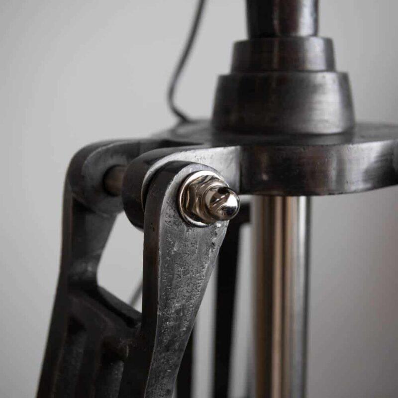 Vloerlamp Farrow industriele vloerlamp detail van driepoot